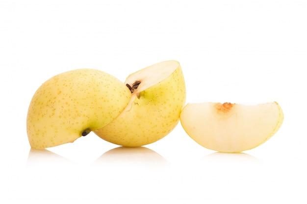 Perenfruit op witte achtergrond wordt geïsoleerd die