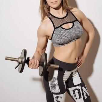 Perfect fitnesslichaam van mooie vrouw