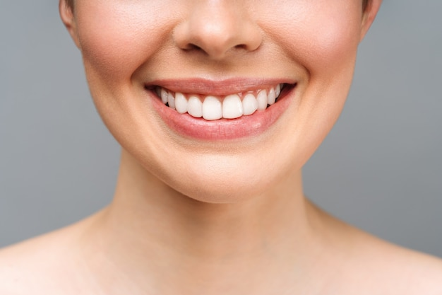 Perfect gezonde tanden glimlach van een jonge vrouw tanden bleken tandheelkundige kliniek patiënt afbeelding symboliseert