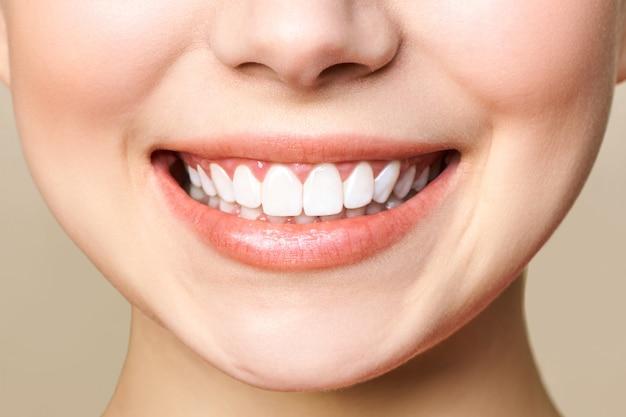 Perfect gezonde tanden glimlach van een jonge vrouw