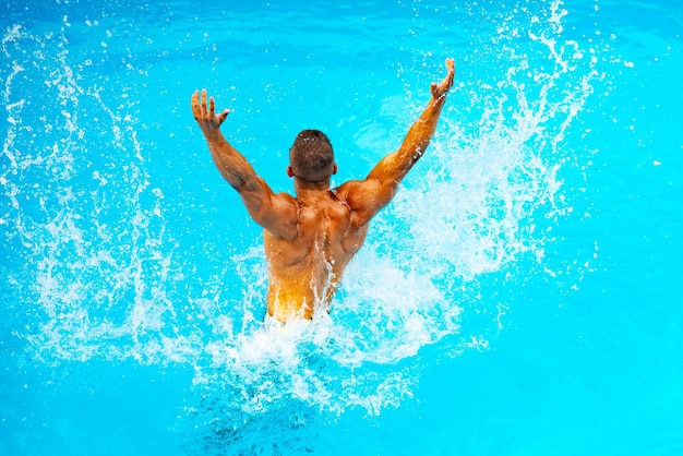 Perfect mannelijk torso op blauwe waterachtergrond. vakantie in het paradijs. vakantie. luxe reisexpert