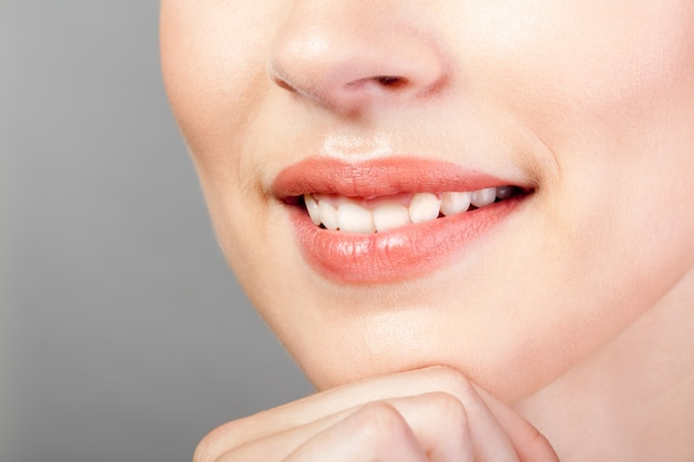 Perfect natuurlijk geglimlachte lippen make-up close-up