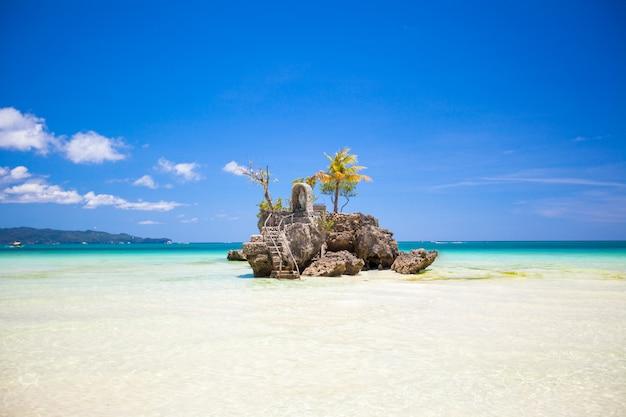 Perfect tropisch strand met turquoise water en witte zandstranden in filippijnen