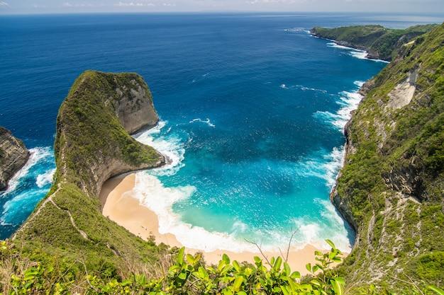 Perfect zicht op het strand van kelingking op het eiland nusa penida. indonesië