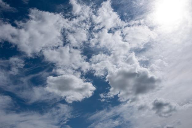 Perfecte achtergrond met pluizige cumuluswolken verlicht door fel zonlicht in de blauwe lucht voor uw foto's, mockup voor ontwerp, gebruik voor luchtvervanging