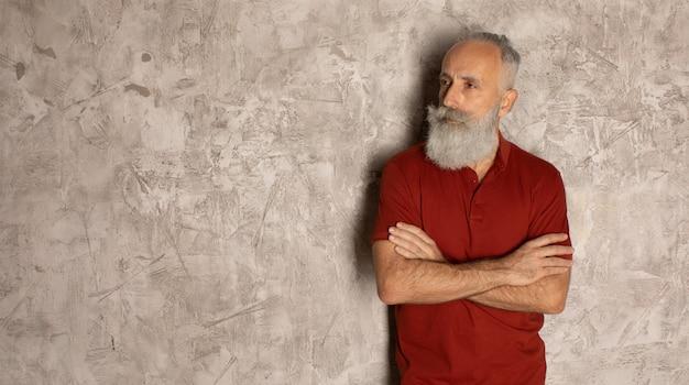 Perfecte baard. close-up van senior bebaarde man tegen een grijze achtergrond