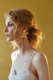 Perfecte bruid met juwelenoorringen, portret van een meisje.