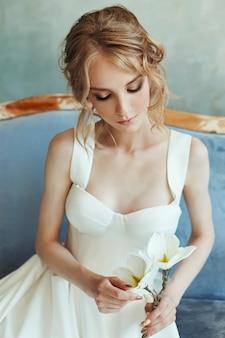 Perfecte bruid, portret van een meisje in een lange witte jurk.
