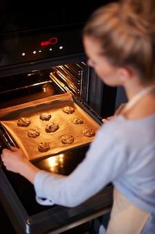 Perfecte huisvrouw die haar favoriete koekjes bakt