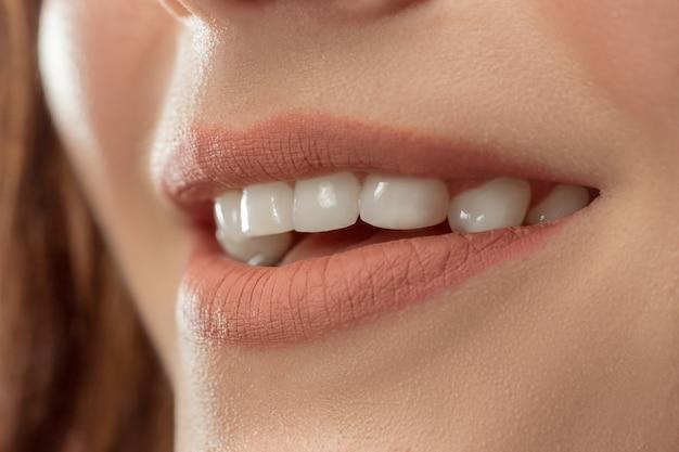 Perfecte lippen. sexy meisje mond close-up. schoonheid jonge vrouw glimlach. natuurlijke dikke volle lip. lippenvergroting.