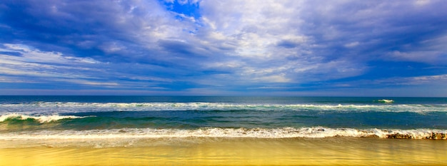 Perfecte lucht, geel strand en water van de oceaan