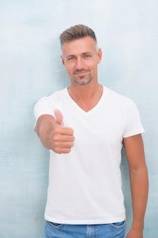 Perfecte man. overhemd laat de mens er trendyer uitzien. succesvolle macho-man. sexy zijn dit seizoen. elegantie blijft in de mode. mannequin in casual stijl kleding. man met witte t-shirt.