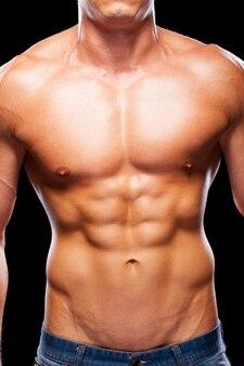 Perfecte mannelijke torso. close-up, van, jonge, gespierde man, met, perfect, torso, staand, tegen, zwarte achtergrond