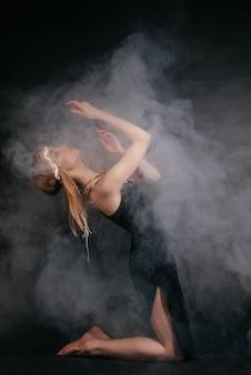 Perfecte vrouw in gewaad van indianen in rook op een grijze achtergrond