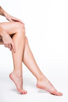 Perfecte vrouwelijke benen, geïsoleerd op een witte achtergrond