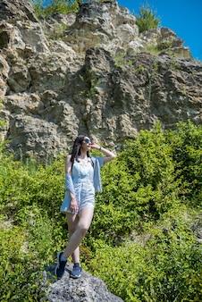 Perfecte xummer vakantie vrouw posign in de buurt van stenen rotsen