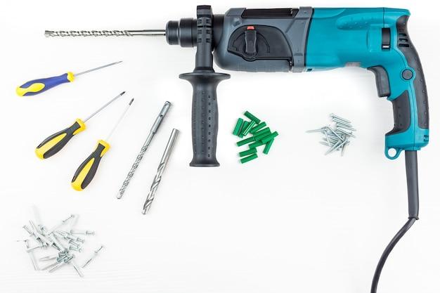 Perforator en schroevendraaier met schroeven