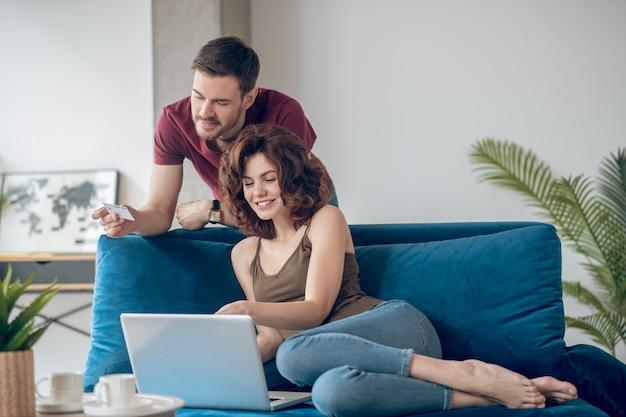 Periodieke betalingen. echtpaar dat periodieke betalingen online verricht en betrokken kijkt