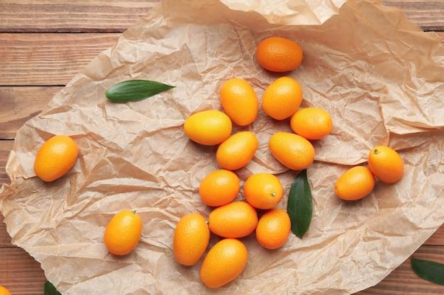 Perkament met lekker kumquat fruit op houten tafel