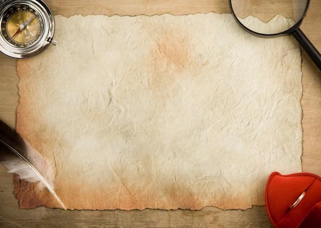 Perkament oud papier en kompas op hout