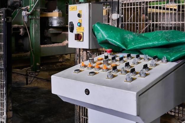 Perm, rusland - 12 augustus 2020: bedieningspaneel voor een geautomatiseerde productielijn in een moderne zagerij