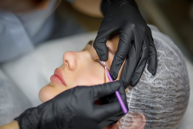 Permanente make-up eyeliner procedure, toepassing op jong meisje