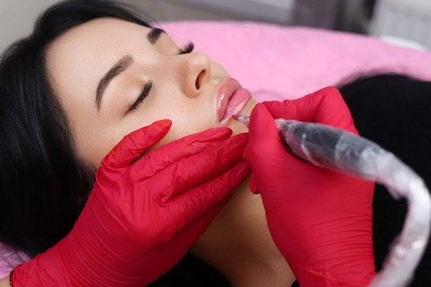 Permanente make-up op haar lippen.