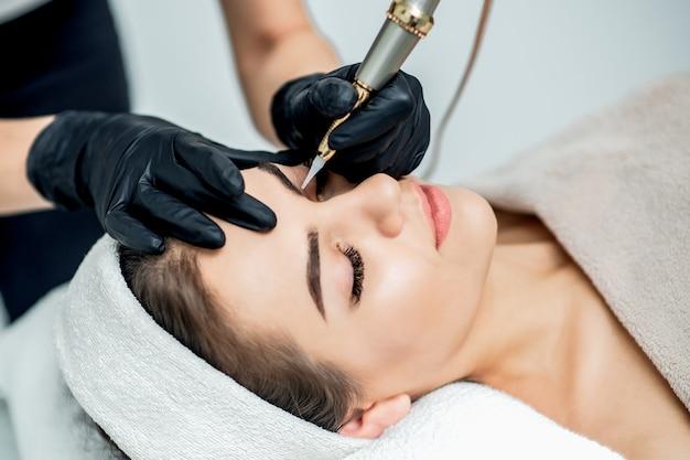 Permanente make-up op wenkbrauwen door professionele schoonheidsspecialisten