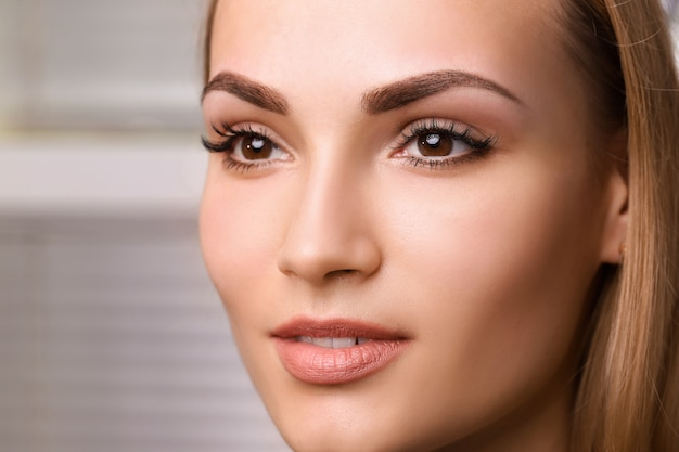 Permanente make-up op wenkbrauwen.