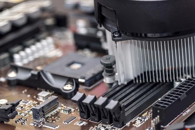 Personal computer moederbord met verschillende details close-up