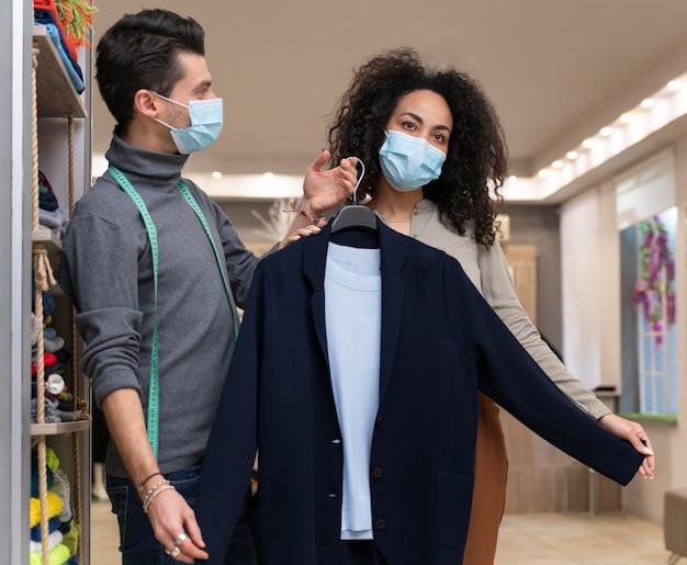Personal shopper met maskerwerkend