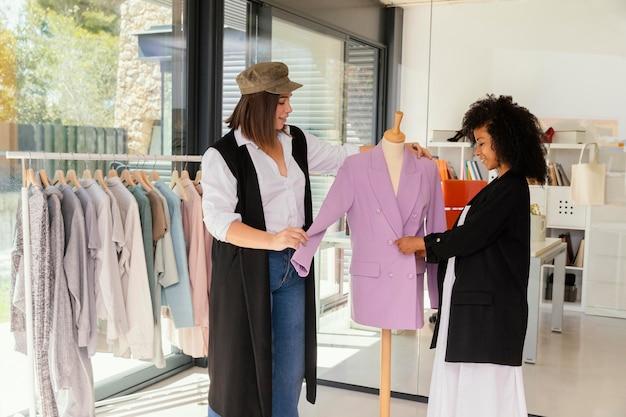 Personal shopper op kantoor met klant