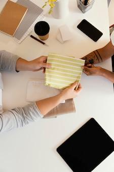 Personal shopper op kantoor werken bovenaanzicht
