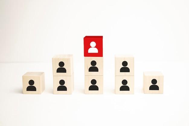 Personeels- en talentbeheer en wervingsbedrijfsconcept, houten kubusblok op de bovenste trap