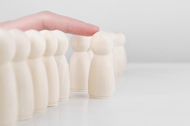 Personeels werving. veel medewerkers en de keuze van een leider uit de massa. human resources, headhunting en ceo-concept