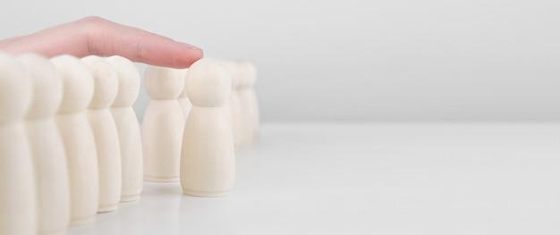 Personeels werving. veel medewerkers en de keuze van een leider uit de massa.