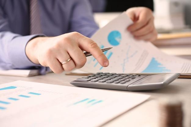 Persoon berekenen financieel bedrijf budget concept