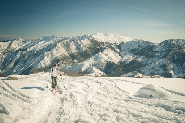 Persoon bergbeklimmen besneeuwde piek