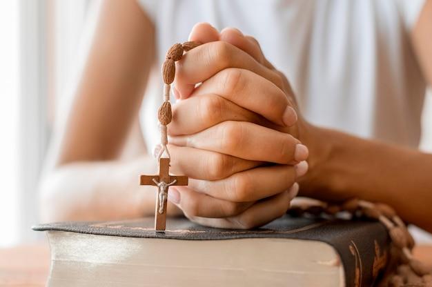 Persoon bidden met rozenkrans
