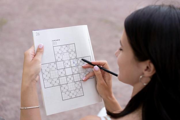 Persoon die alleen een sudoku-spel speelt