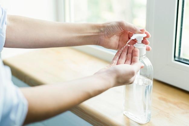 Persoon die antibacteriële gel gebruikt