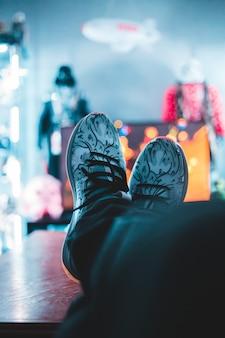 Persoon die atletische schoenen draagt