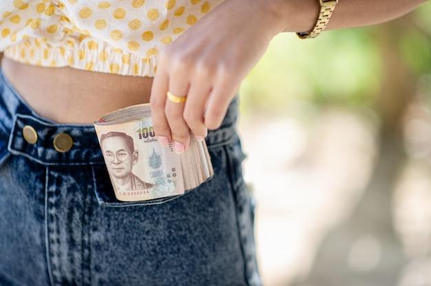 Persoon die bankbiljetten houdt