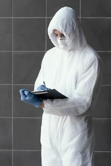 Persoon die beschermingsmiddelen tegen een biologisch gevaar draagt