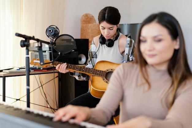 Persoon die binnenshuis muziek maakt