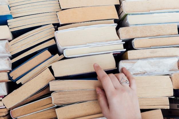 Persoon die boeken kiest bij de boekhandel