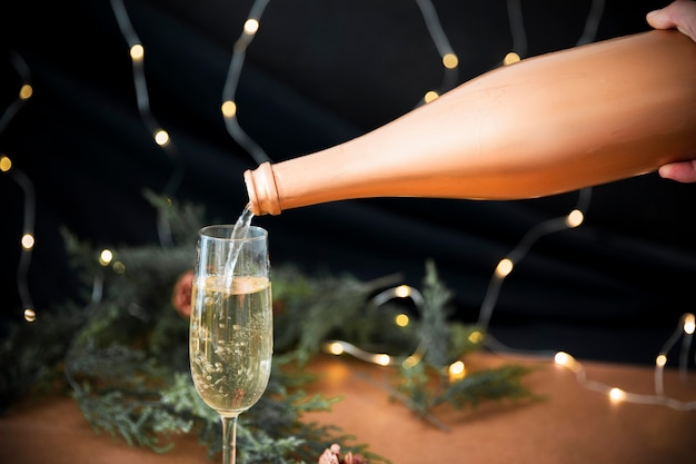 Persoon die champagne in glas giet