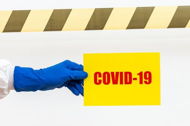 Persoon die covid-19 teken houdt