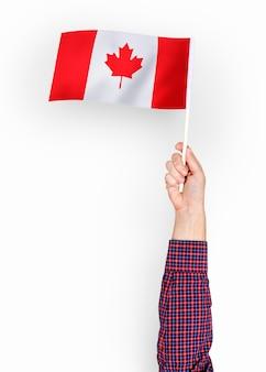 Persoon die de vlag van canada zwaaien