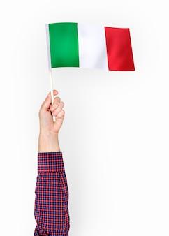 Persoon die de vlag van de italiaanse republiek zwaaien